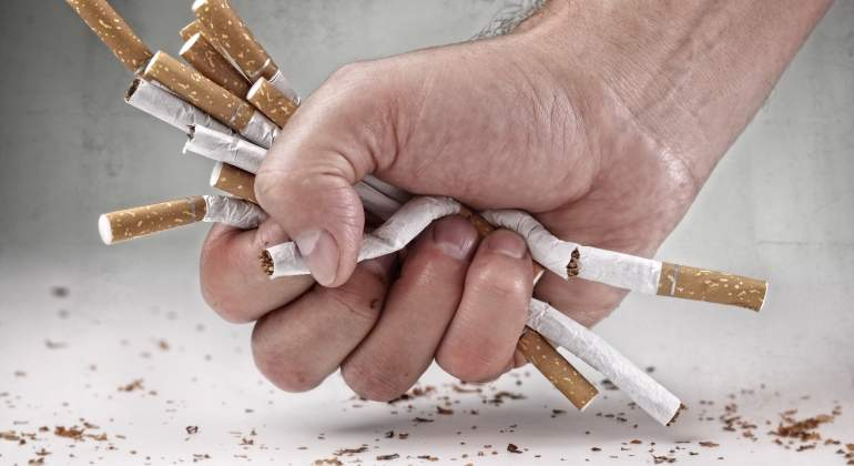 FUMAR-MANO-CIGARROS-DREAMSTIME.jpg