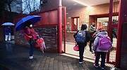 EuropaPress_3524759_varios_alumnos_esperan_antes_entrar_colegio_arcangel_rafael_dia_reapertura.jpg