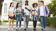jovenes-estudiantes-caminando.jpg