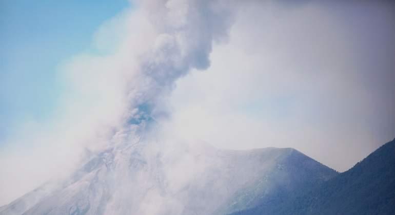 Volcan-de-Fuego-Guatemala-columna-humo-activo-efe-770x420.jpg