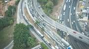 Vista area de varias carreteras con trfico
