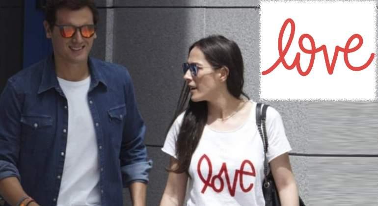 La camiseta de Malú con la palabra Love para acompañar a Albert Rivera a la salida del hospital