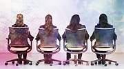 mujeres-sillas-espalda-rara.jpg