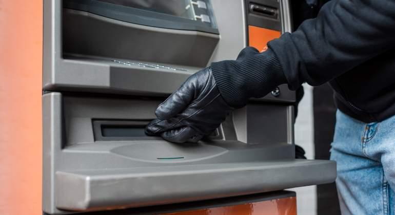 Buscar pruebas de robo en el bolso de una cajera sin su permiso es ilegal