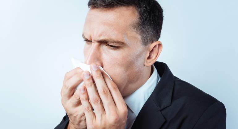 No, al estornudar no se debe tapar nunca la boca