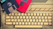 Un-viejo-teclado-con-dos-disquetes-encima-iStock.jpg