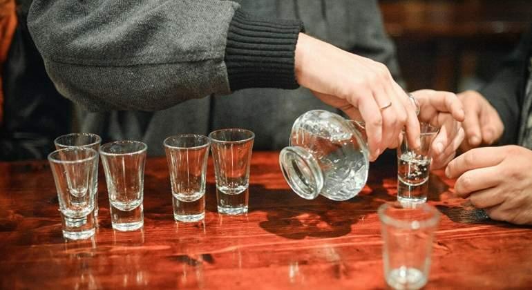 Gente afirma que prefiere seguir bebiendo alcohol que vacunarse contra el coronavirus - economiahoy.mx