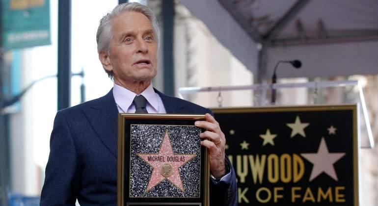 Michael Douglas devela estrella en el Paseo de la Fama de Hollywood