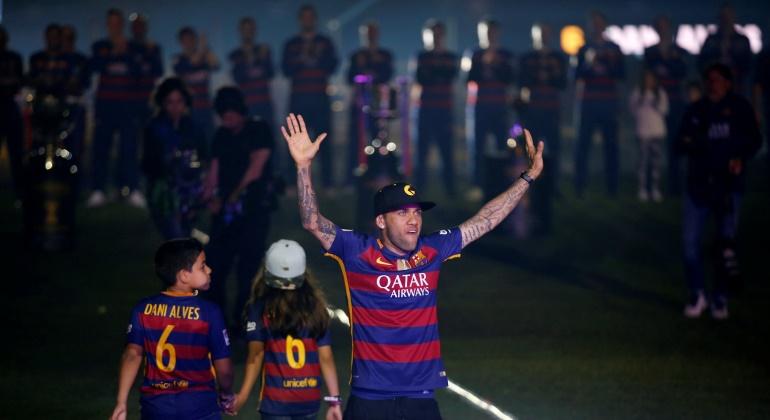 Alves-celebracion-Barcelona-2016-reuters.jpg