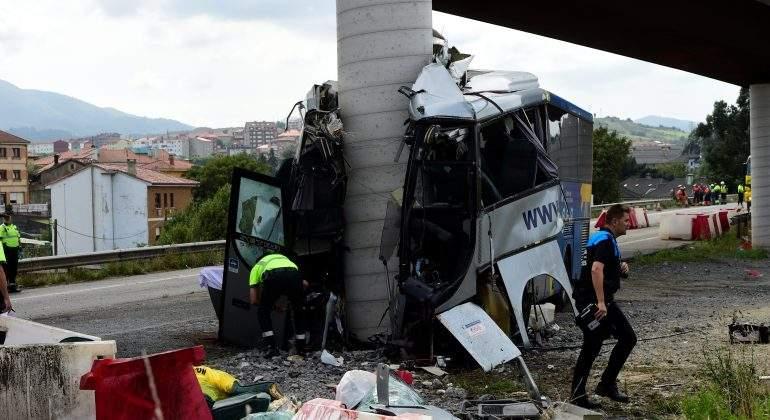 autobus-aviles-estrellado-puente.jpg