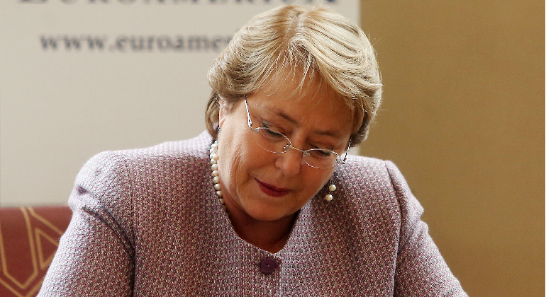 bachelet-firma.png