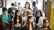 jovenes-con-mascarilla-a-la-entrada-del-colegio.jpg