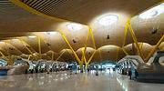 El aeropuerto de Barajas paraliza sus operaciones por seguridad ante la fuerte nevada y la escasa visibilidad