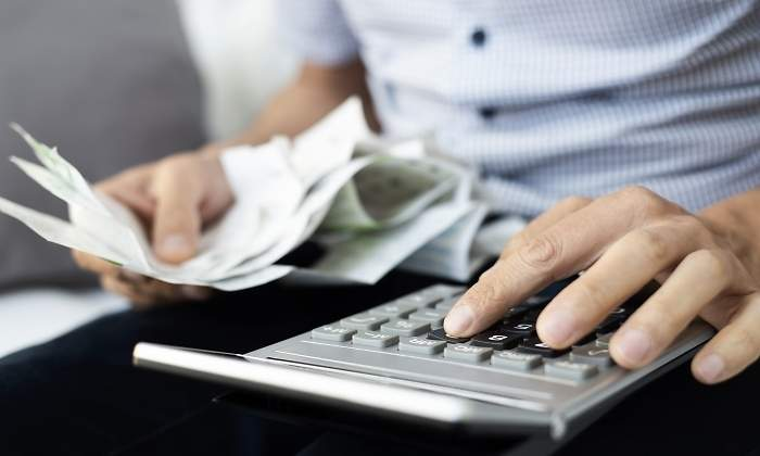 calculadora-mano-autonomos-facturas.jpg