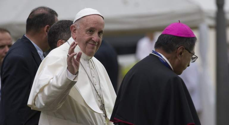 papa-francisco-saludo-boina-purpura-efe-770x420.jpg