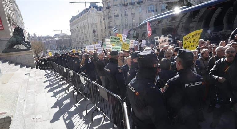 Miles de jubilados cortan el tráfico frente al Congreso para pedir