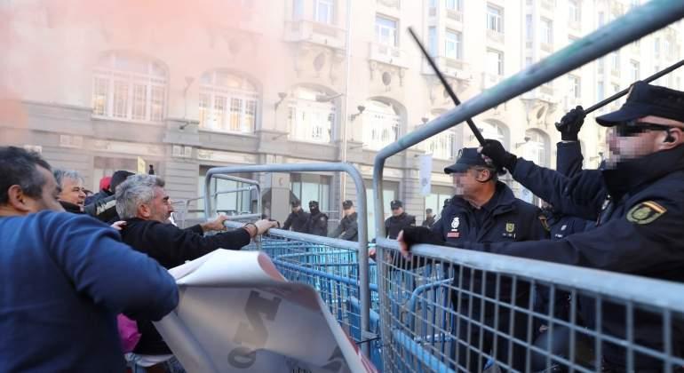 Huelga-taxistas-policia-28nov2017-EFE.jpg