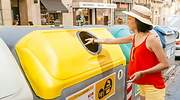 reciclaje-contenedor-amarillo-persona-dreamstime.jpg