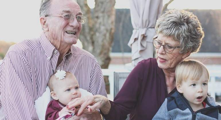 Abuelos-con-sus-nietos
