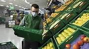 Trabajador de la seccin de Fruta y verdura de Mercadona