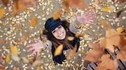 Mujer-jugando-con-hojas-secas-iStock.jpg