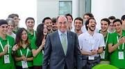 Ignacio S Galn con jvenes estudiantes