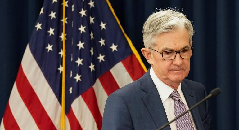 jerome-powell-fed-reserva-federal-bandera-eeuu-serio-30abril2020-reuters.jpg