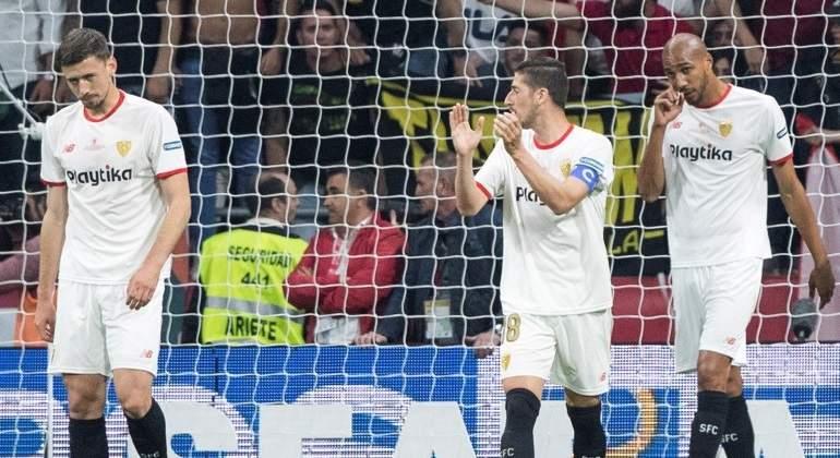 Bronca de los jugadores del Sevilla con su afición en Atocha