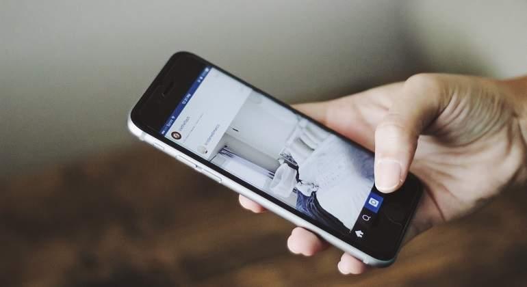 iphone-smartphone-hand-person-technology-phone-120709-pxhere.com.jpg