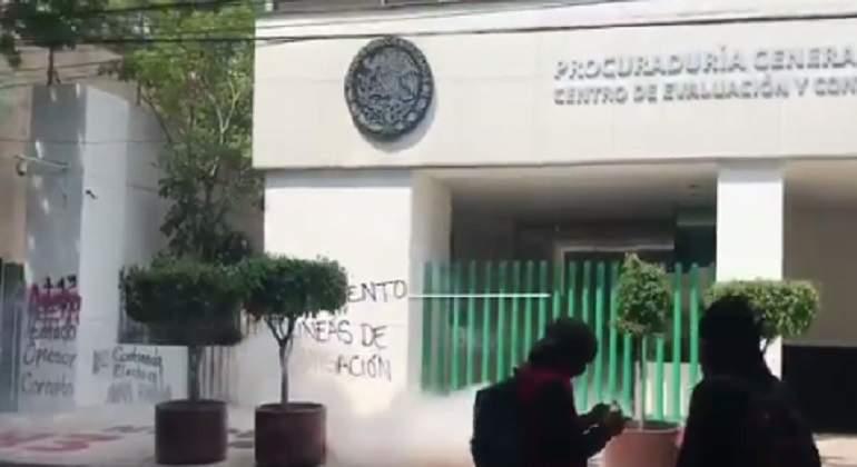 Vandalizan edificio de PGR tras mitin por los 43