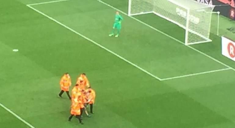 Lo nunca visto  salta un espontáneo al campo en el partido Barcelona-Las Palmas  a puerta cerrada 2b85f726a91