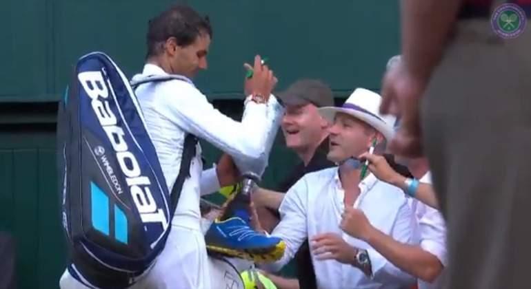 Nadal-firma-pierna-ortopedica-2017-wimbledon.jpg