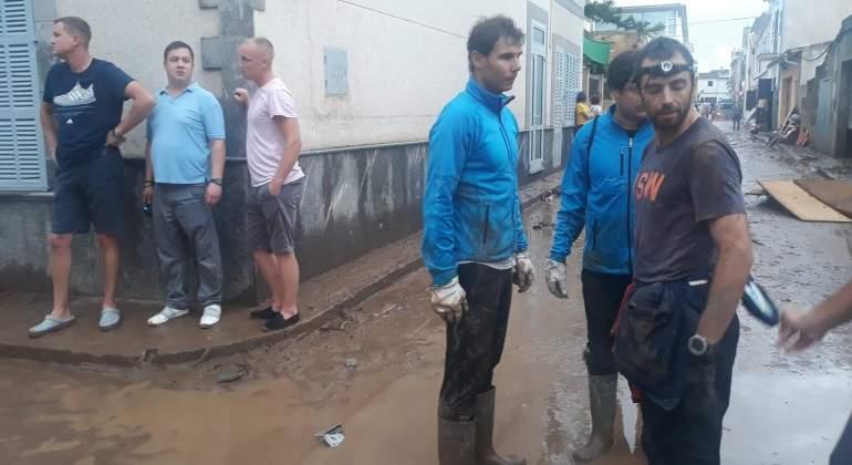 La imagen que ha dado la vuelta al mundo: Rafa Nadal, achicando agua tras las inundaciones en Sant Llorenç
