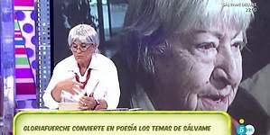 Chelo se disfraza de Gloria Fuertes para recitar poemas sobre los temas de Sálvame