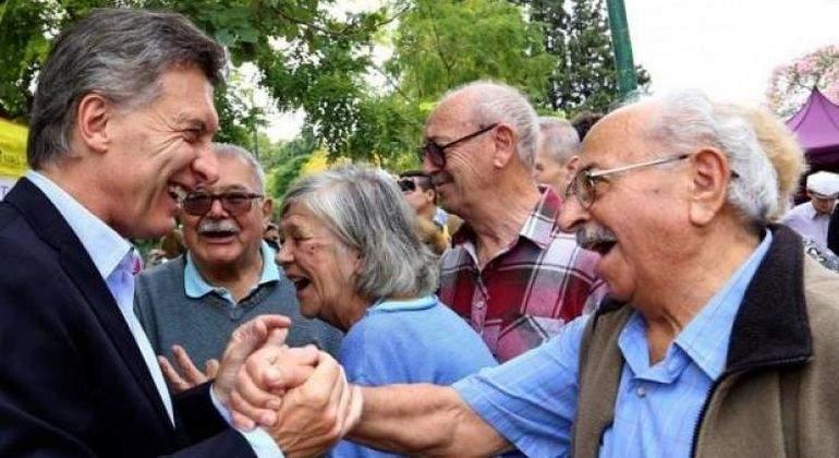 Mauricio-Macri-con-jubilados-Reuters.jpg