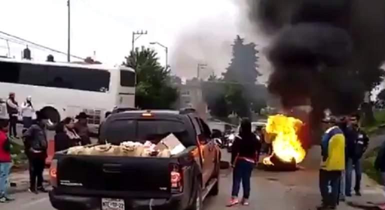Bloquean carretera tras muerte de bebé en autobús de pasajeros