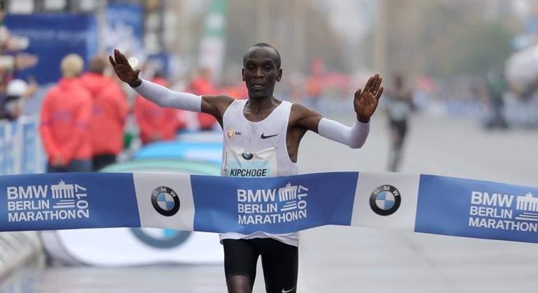 Kipchoge gana el maratón de Berlín, pero no puede con el récord del mundo