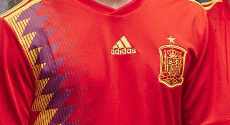 El escudo de la camiseta  republicana  de España mantiene graves ... 7ed87c5398867