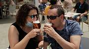 cerveza-terraza-mascarilla-reuters.jpg