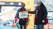 El atleta Kibiwott Kandie es felicitado por Juan Roig tras batir el rcord del mundo en la media maratn de Valencia 2020