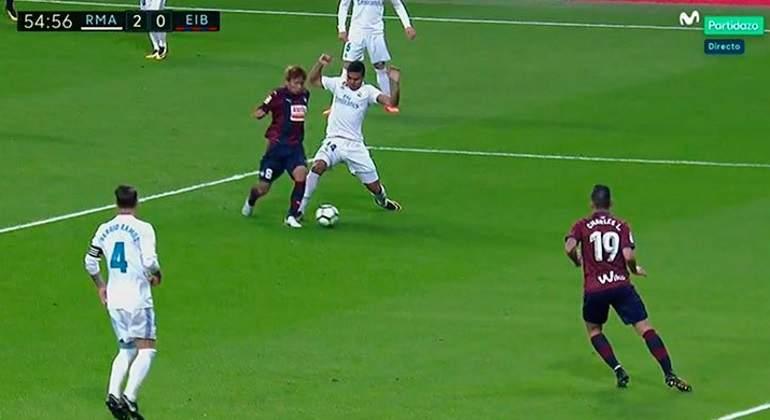 Así fue el claro penalti de Casemiro a Inui