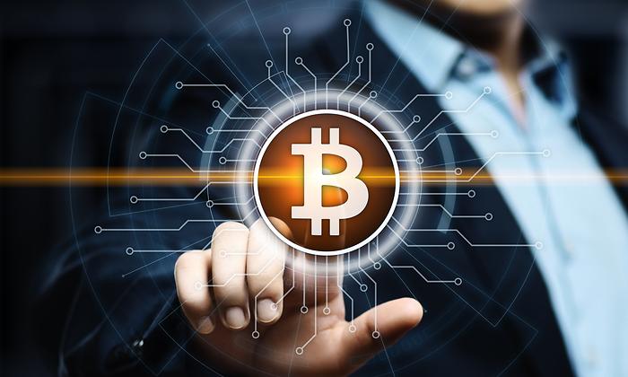 bitcoin-mano-dreamstime.png