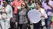 Manifestacin en la que una mujer porta un cartel que pide una nueva constitucin para Chile