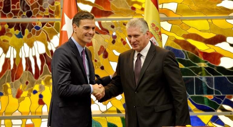 El presidente del gobierno espaol Pedro Snchez a la izquierda saluda a su homlogo cubano Miguel Daz-Canel durante la visita del mandatario del pas europeo a La Habana Cuba