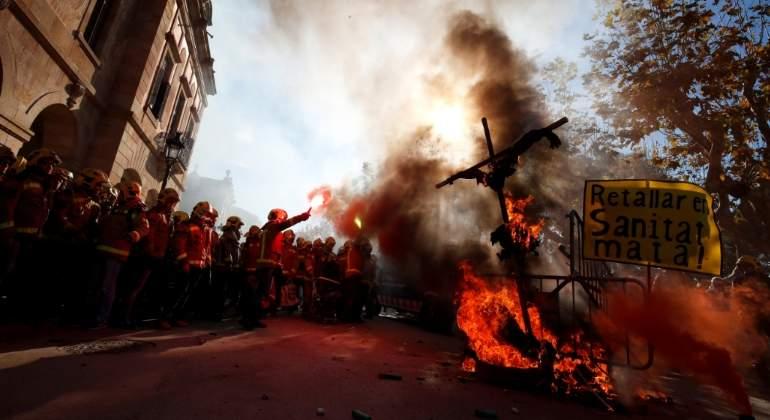 Tensión en las puertas del Parlament: los Mossos impiden la entrada de médicos y bomberos que protestan contra los recortes del