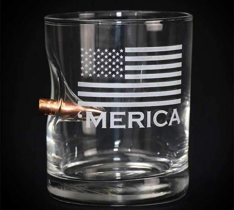 La empresa de Wisconsin que arma a sus empleados fabrica vasos con una bala alojada en ellos