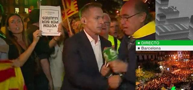 Un independentista le quita el micrófono a Hilario Pino