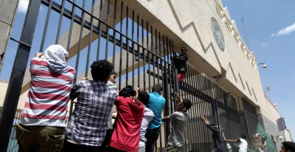 sanna-embajada-manifestantes-reuters.jpg