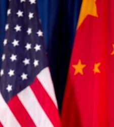 Banderas de EEUU y China juntas