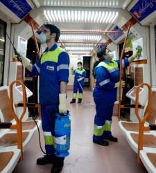 Jovenes españoles limpian el metro de Madrid